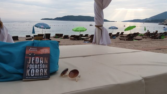 Jedan pogrešan korak – Marko Popović (Kamenovo Beach, Crna Gora – dokaz da je knjiga išla sa nama na plažu ? )