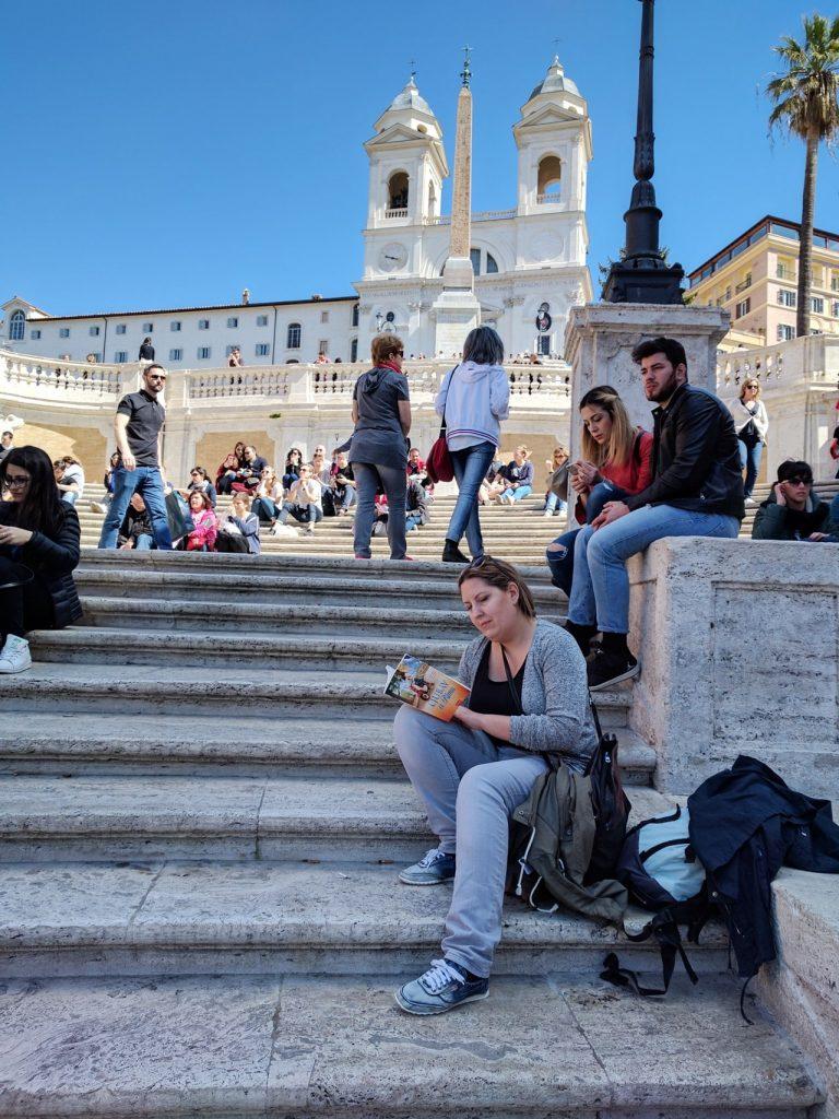 "Knjiga ""Ljubav u Rimu"" na španskim stepenicama u Rimu (ital. Scalinata di Trinità dei Monti) ;)"